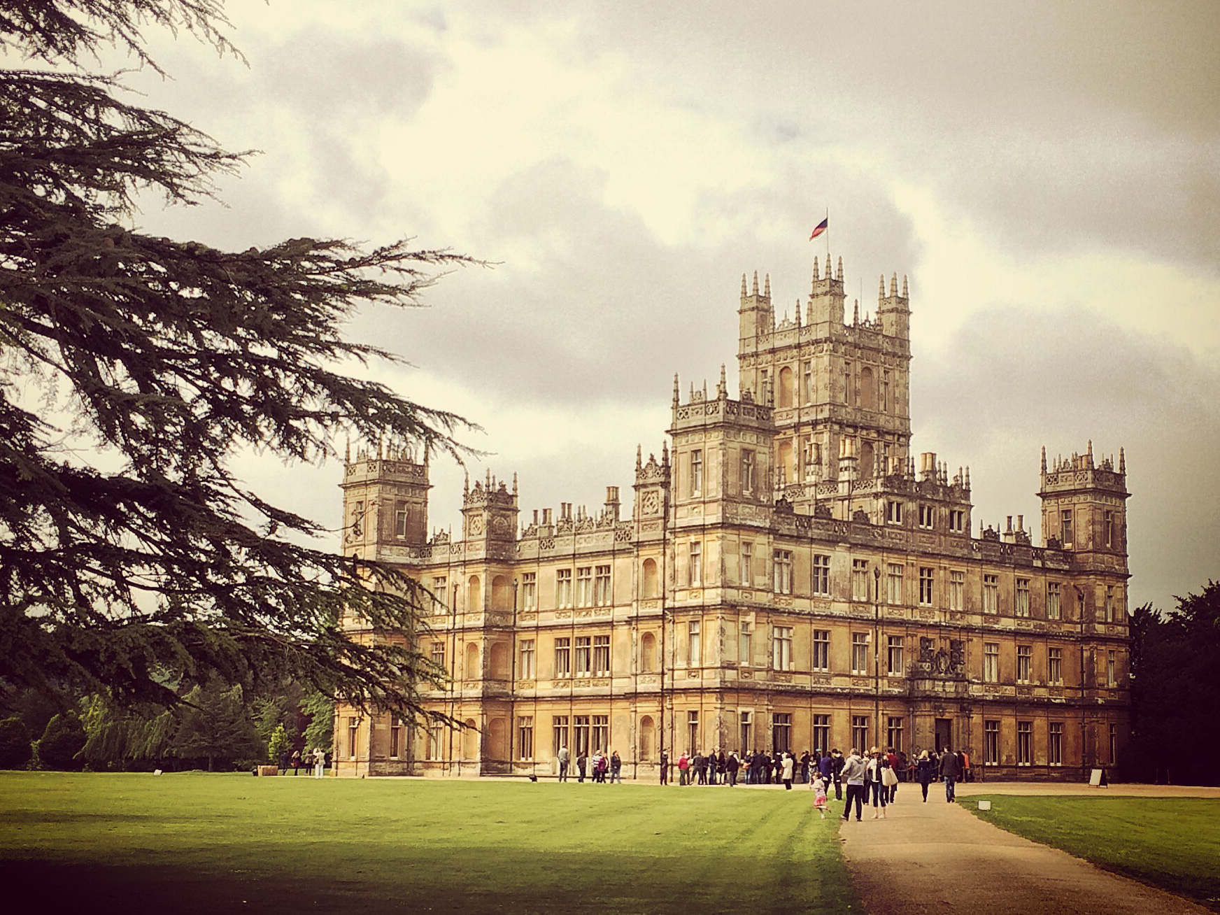 what to read when you re missing downton abbey read it bookshelves that spell read read bookshelves